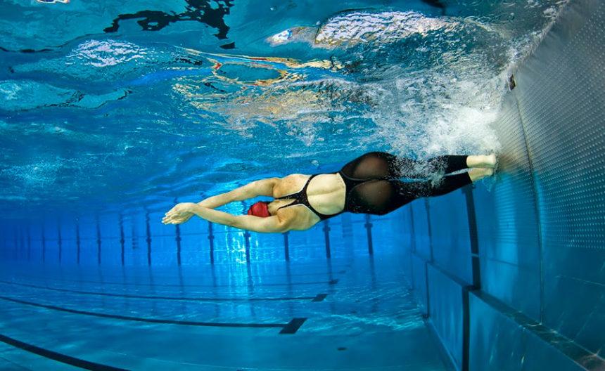 Cómo hacer un viraje en natación