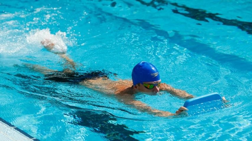 Rutina de ejercicios para fortalecer los glúteos en la piscina