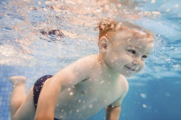 ventajas-nadar-bebes