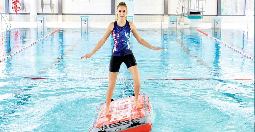 Hacer yoga y pilates sobre tablas en la piscina – La última moda