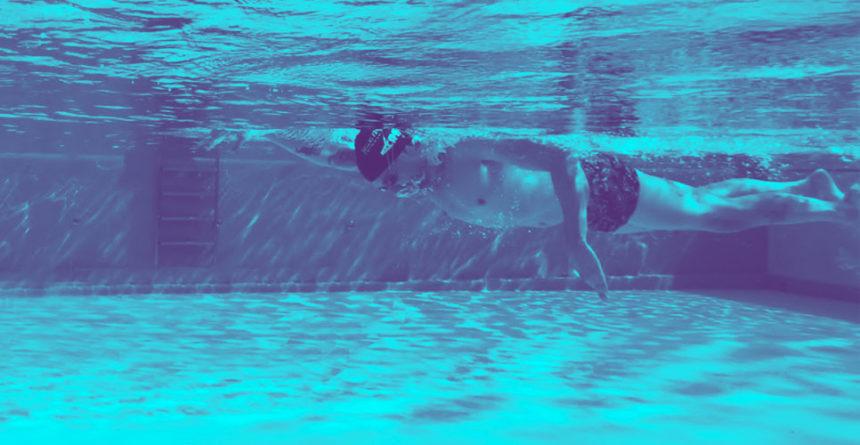 Posición de la cabeza en natación: ¿Mirando al frente o hacia abajo?